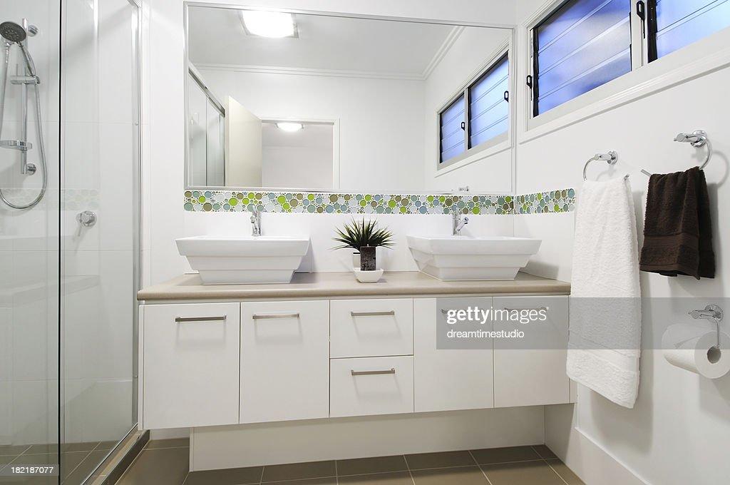 Appartement moderne salle de bains : Photo