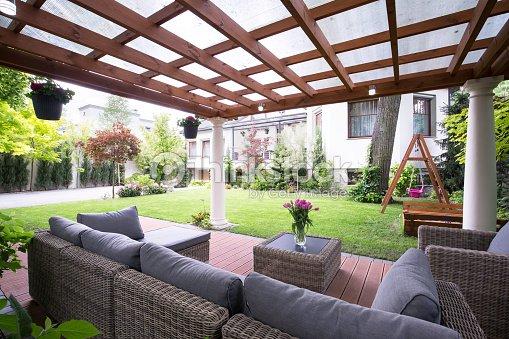 Arbour Moderne Avec Un Mobilier De Jardin Photo Thinkstock