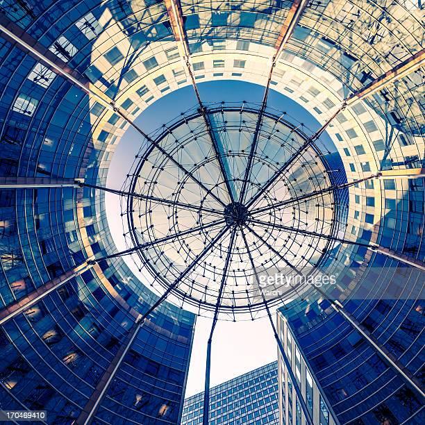 Une architecture moderne avec structure stores pare-soleil