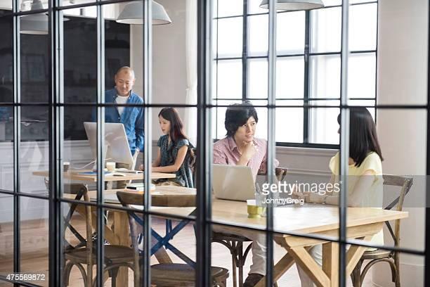 モダンなアジアのクリエイティブなオフィス