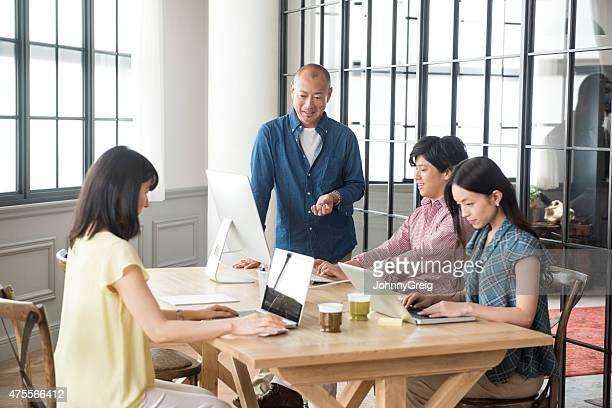 モダンなアジアの会社員