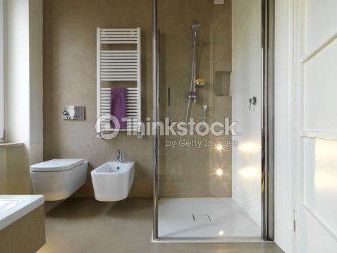Bahtroom moderne avec cabine de douche photo thinkstock for Space saving ensuite designs