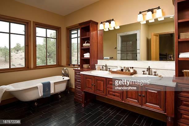 Salle de bain moderne de la baignoire sabot
