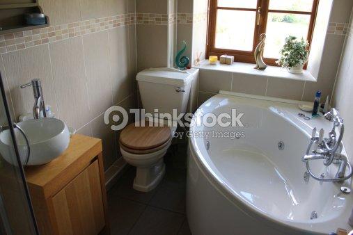 Moderne Badezimmer Mit Toilette Waschbecken Und Eckbad Stock ...