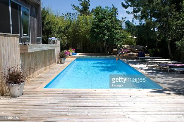Piscine en bois photos et images de collection getty images for Plage piscine moderne