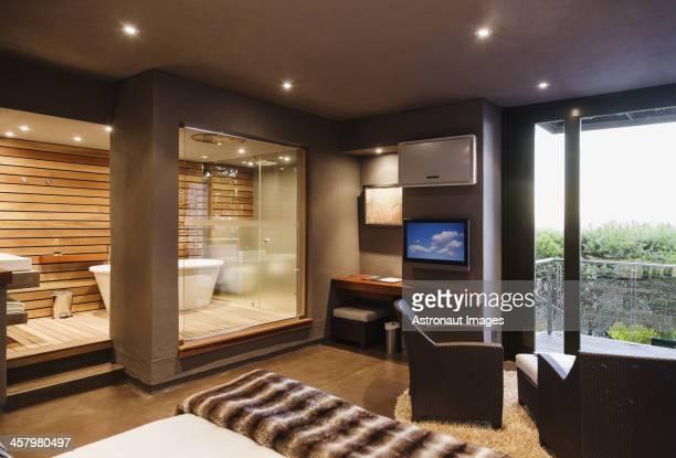 Moderno dormitorio y baño