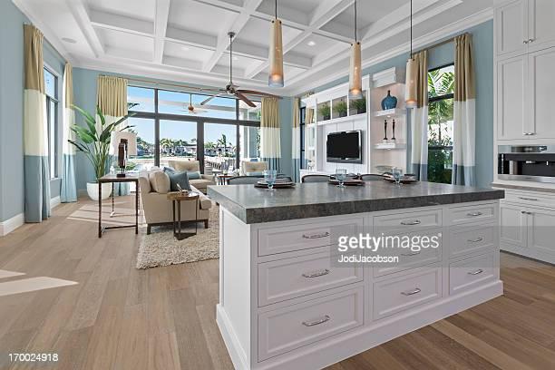 Moderne beige und weiße Küche.