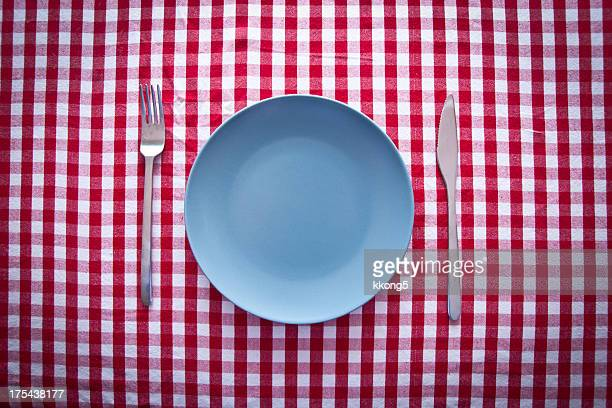 Bleu moderne plate sur rouge nappe à carreaux