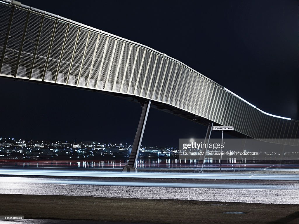 Modern bridge and city skyline at night : Foto de stock
