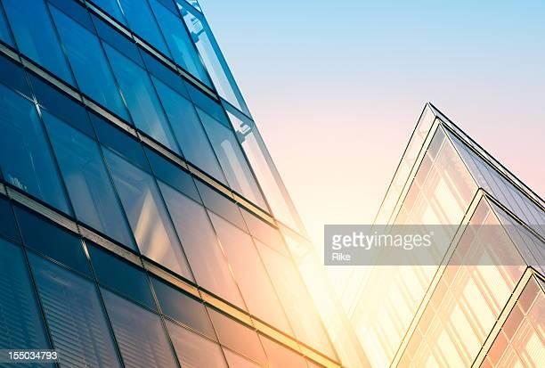 Immeuble moderne dans la lumière du soleil