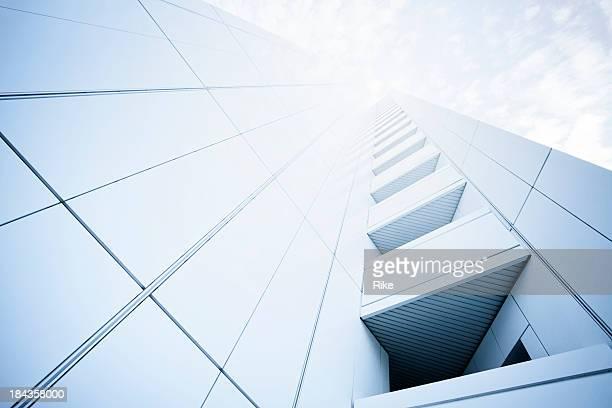 Moderno edificio en la luz del sol