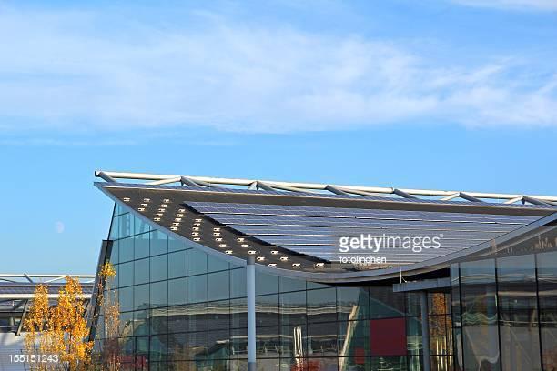 Modernes Gebäude mit Sonnenkollektoren