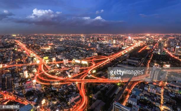 des immeubles modernes et la route dans la ville moderne de nuit