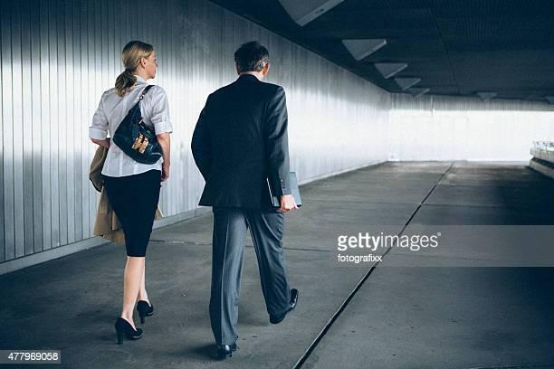modern business Pessoas a caminhar através de um túnel dentro da luz