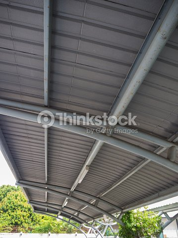 carport moderne sappuyant sur le parking photo thinkstock. Black Bedroom Furniture Sets. Home Design Ideas