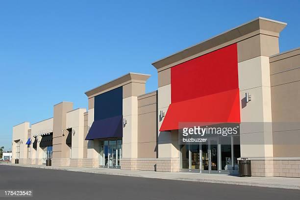 Moderno colorido centro comercial suburbano exterior