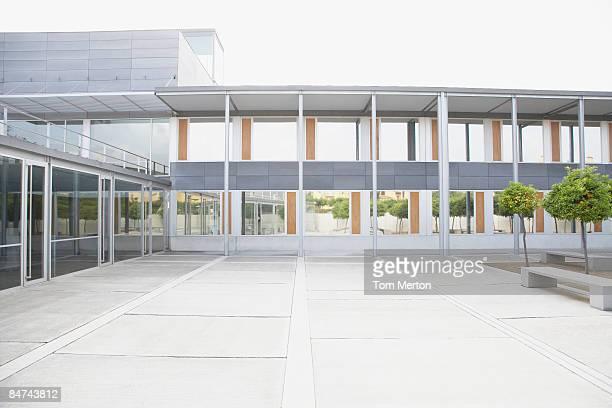 モダンな中庭やオフィスビル