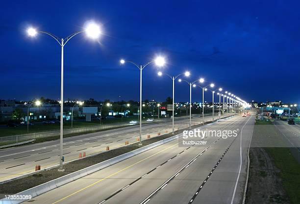 Moderne einsamen Highway bei Nacht
