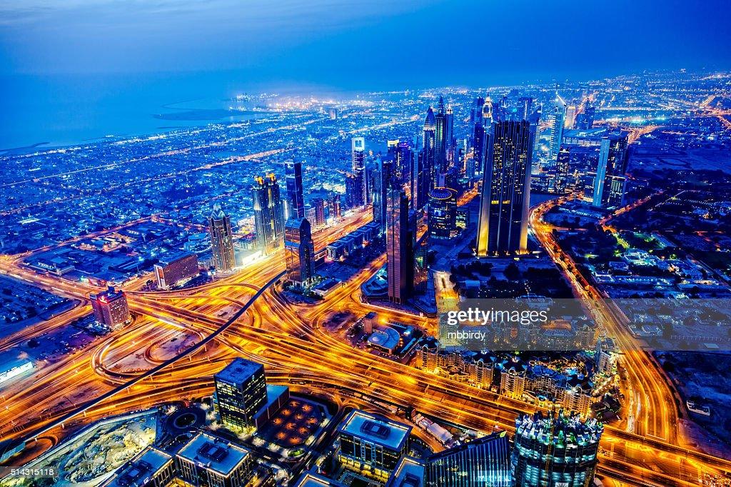 cityscape at twilight moderno de Dubai, Emiratos Árabes Unidos : Foto de stock