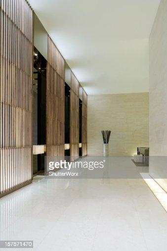 Moderno ascensore nella hall