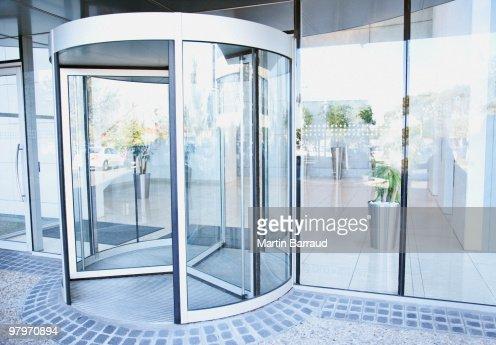 モダンな入口に回転ドア