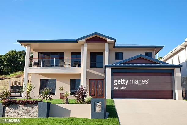 Moderne Familie Home Vorderseite mit blauem Himmel