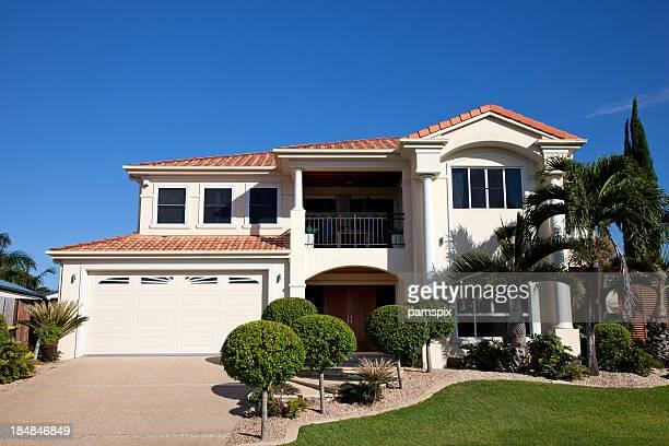 Moderne Familie zuhause der Vorderseite mit klaren blauen Himmel
