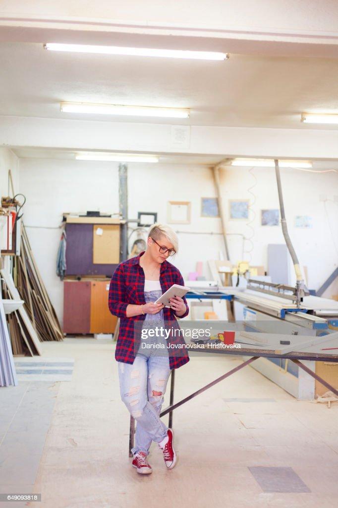 moderne vrouwelijke timmerman : Stockfoto