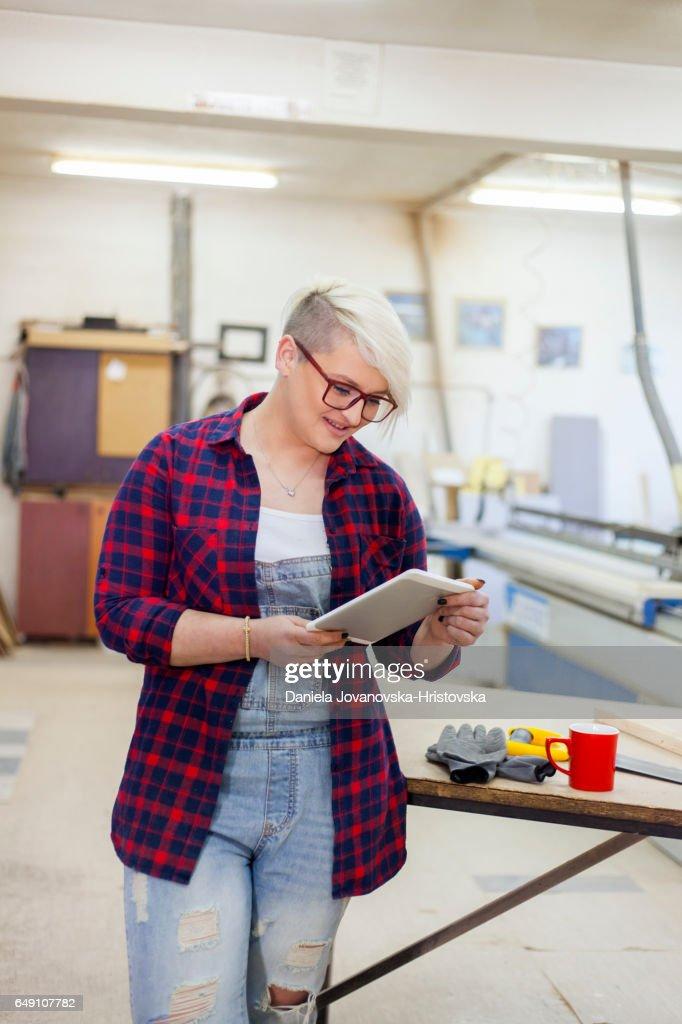 modern female carpenter : Bildbanksbilder