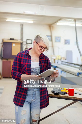modern female carpenter : Bildbanksbilder