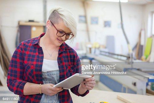 modern female carpenter : Stockfoto