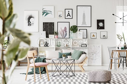 Moderne flach interieur mit poster stock foto thinkstock