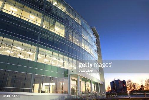 Moderne Glas-Bürogebäude am Sonnenuntergang