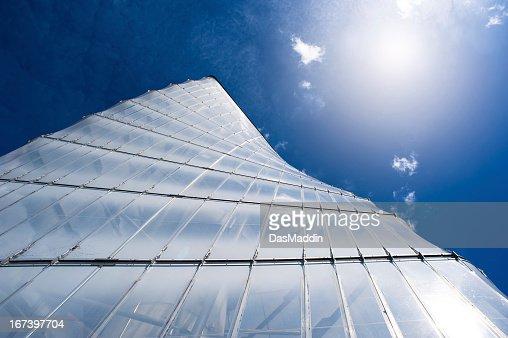 モダンな helix タワーでクラウディスカイブルー : ストックフォト