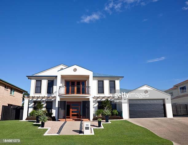 Moderne Zuhause Frontage mit blauem Himmel