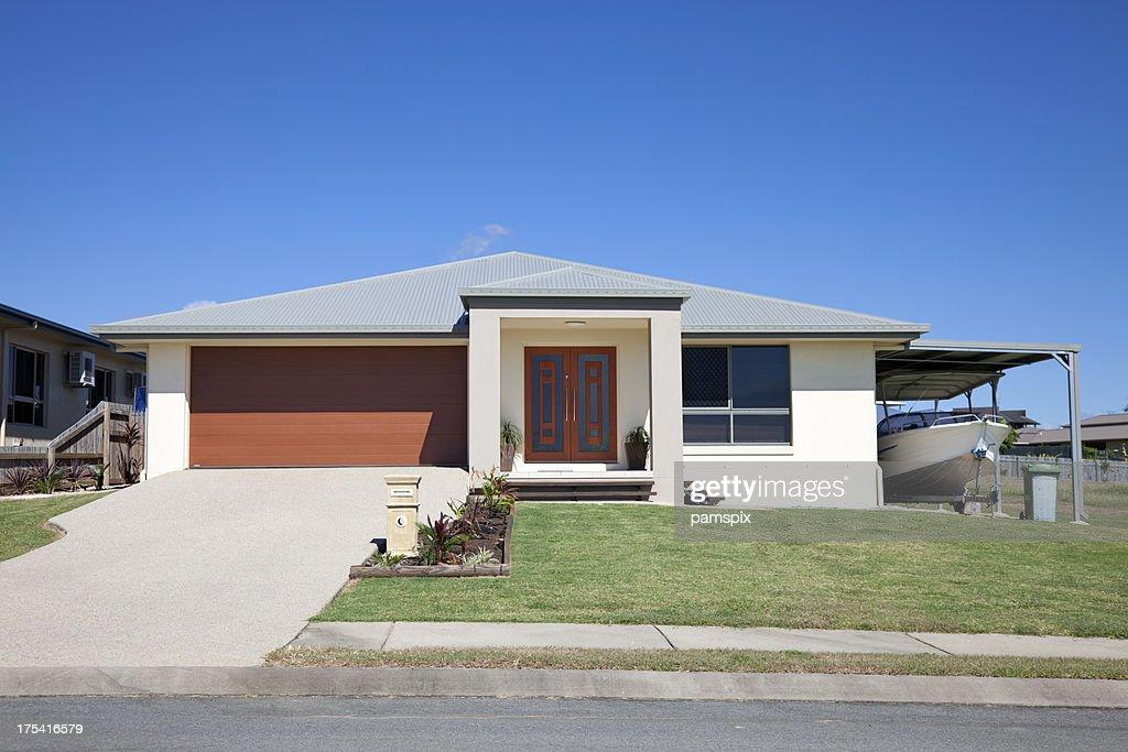 Maison moderne avec bateau et ciel bleu copyspace : Photo