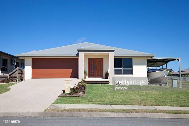Moderna casa com barco e céu azul copyspace