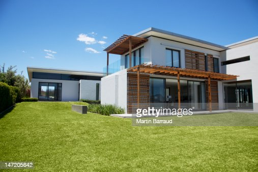 Modern house and yard stock photo getty images for Combien coute les materiaux pour construire une maison