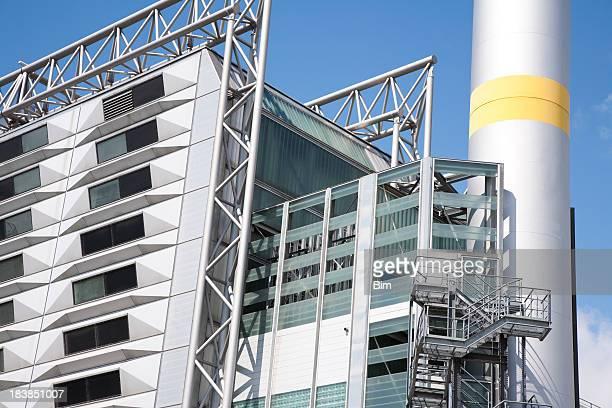 Moderne bâtiment industriel contre le ciel bleu