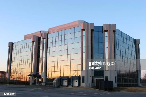 Moderne industrielle Gebäude bei Sonnenuntergang