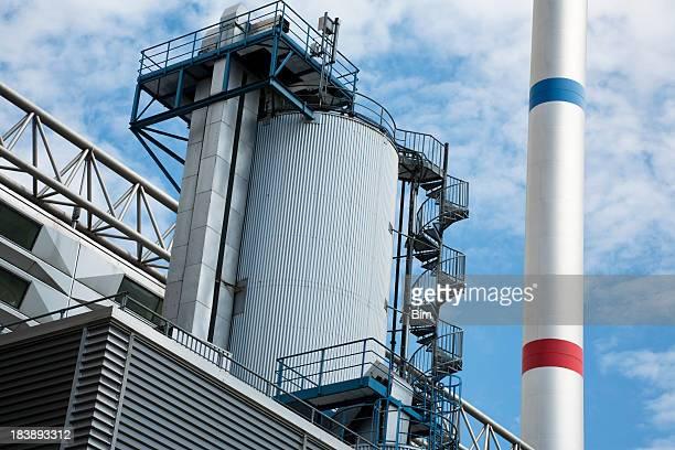 Industria moderna planta contra el cielo azul