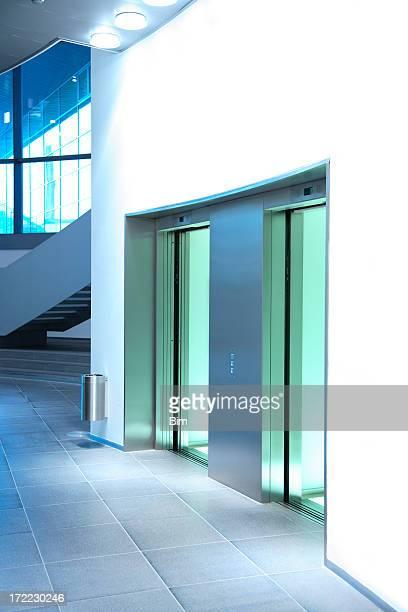 Interni moderni con ascensori