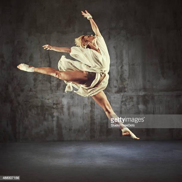 モダンなジャズダンスの練習