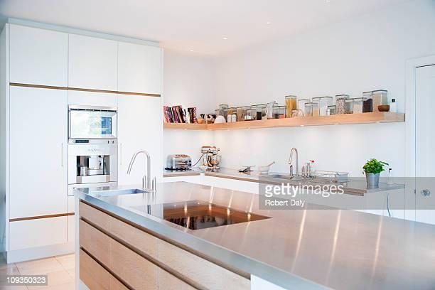 Moderne Küche mit Edelstahl-Schalter