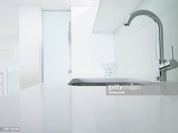 Moderne Küche Wasserhahn und Waschbecken