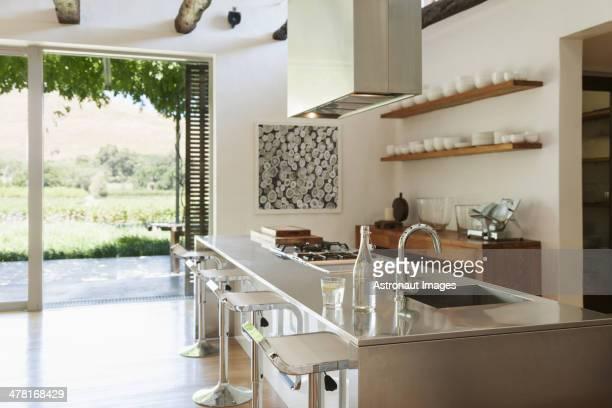 Moderne Küche mit Blick auf die Terrasse und den Weinberg