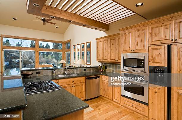Cucina moderna con armadi in legno e piano