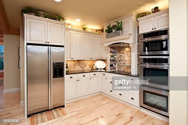 モダンなキッチンには、ステンレススチールの器具