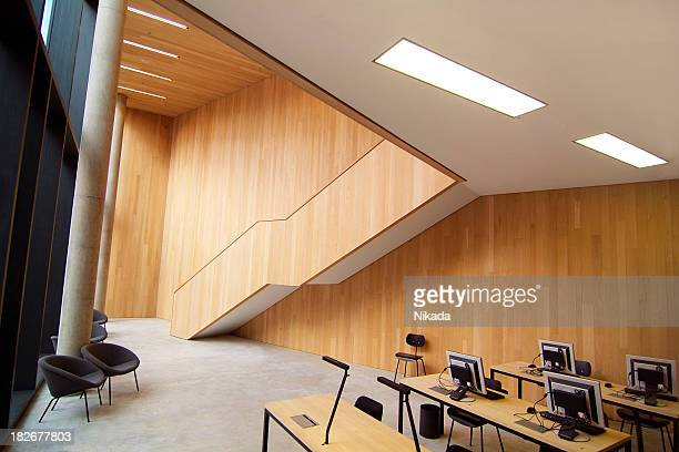 Moderne Bibliothek mit Computern