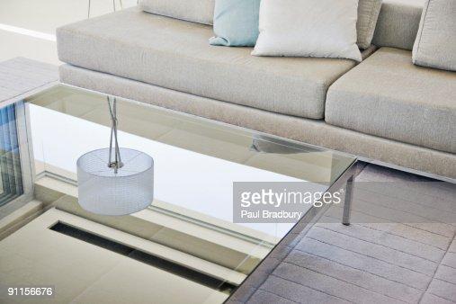 モダンなリビングルームに、ソファーとコーヒーテーブル